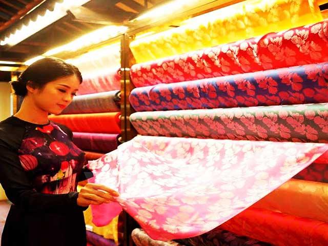 SHOPPING AROUND HANOI